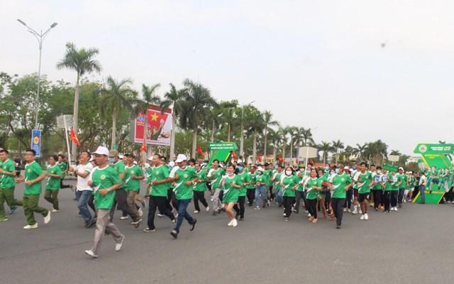 Đông đảo người tham gia chạy hưởng ứng tại lễ phát động.