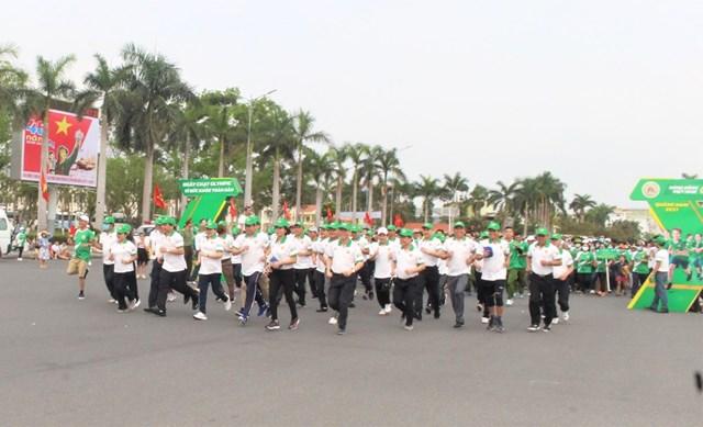 Các lãnh đạo tỉnh Quảng Nam chạy hưởng ứng tại lễ phát động.