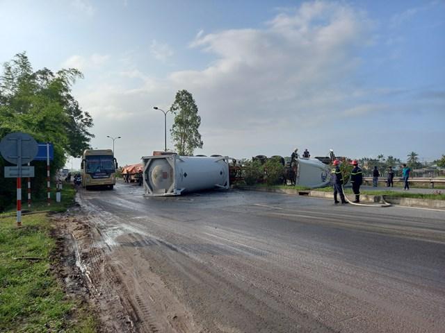 Lực lượng chức năng đang khẩn trương cứu hộ xe container chở dầu bị lật.