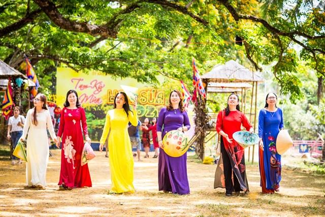 Thời điểm này rất nhiều du khách ghé thăm vườn sưa Hòa Hương.