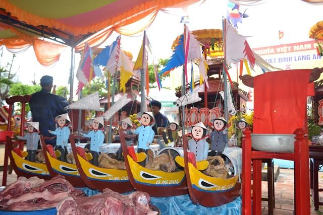 Các thuyền câu, hình nhân làm bằng giấy dùng để thực hiện nghi Lễ KLTL Hoàng Sa.