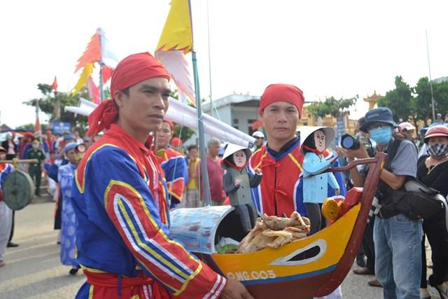 Sau lễ tế ở đình làng An Vĩnh là nghi thức thả thuyền ra biển.