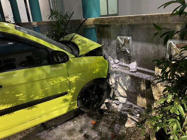 Hiện trường ô tô BKS: 43A- 384.18 tông vào gara xe bệnh viện.