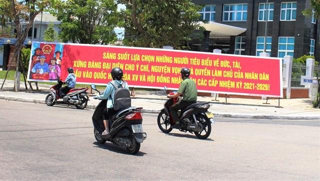 Tấm pano lớn tuyên truyền đặt ở đườngTrần Hưng Đạo - Hùng Vương, TP Tam Kỳ.