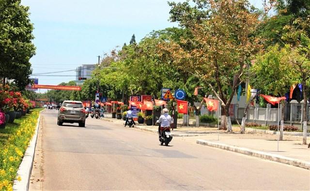 Tuyến đường Hùng Vương, TP Tam Kỳ rực rỡ cờ hoa chào mừng bầu cử.