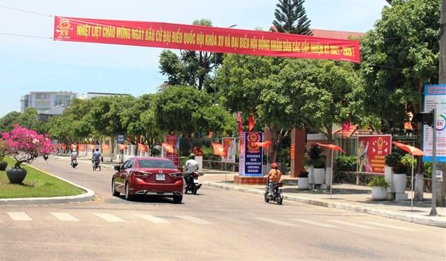 Tuyến đường Hùng Vương treo cờ, khẩu hiệu chào mừng ngày bầu cử.