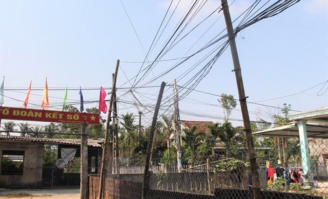 Dây điện, cáp quang chằng chịt giống như màng nhện ở thôn Phú Đông.