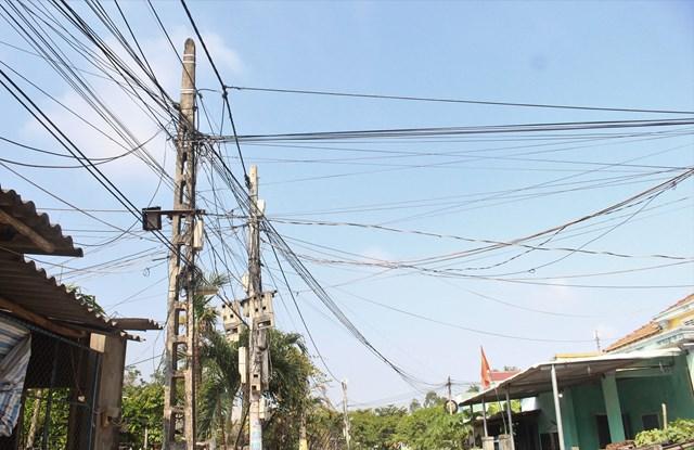 Một trụ điện ở thôn Tân Phú dây điện chằng chịt dễ xảy chập điện, cháy nổ.