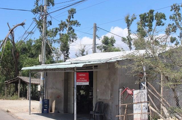 Đường dây điện sà nằm trên mái tôn nhà của bà Chung.