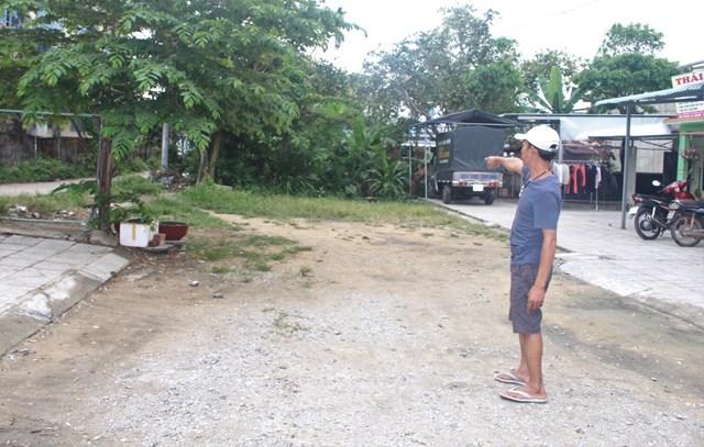 Ông Nguyễn Bảo Duy chỉ đường cụt trong khu vực mình sinh sống.