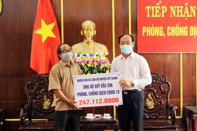 Huyện Tây Giang ủng hộ quỹ vắc xin.