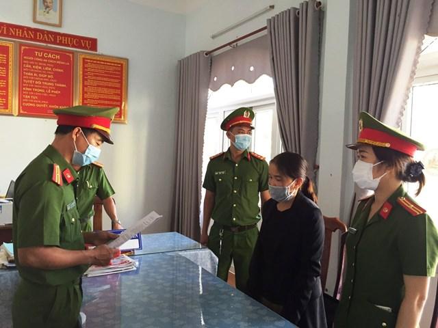 Công an đọc quyết định bắt Nguyễn Thị Mỹ Dung.