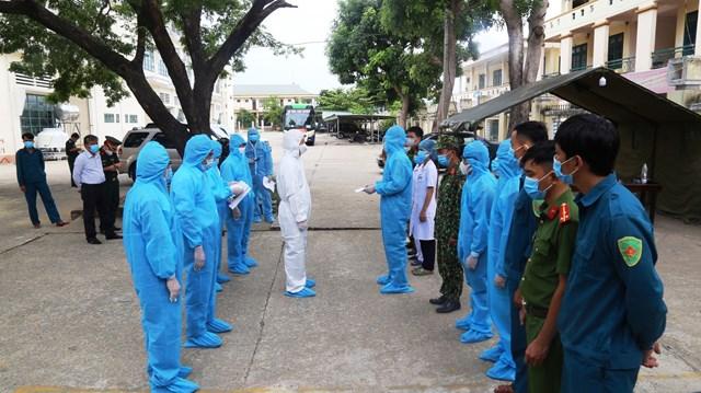 Ông Lê Trí Thanh (bảo hộ trắng) thăm hỏi, cán bộ, chiến sĩ tình nguyện trong khu cách ly.