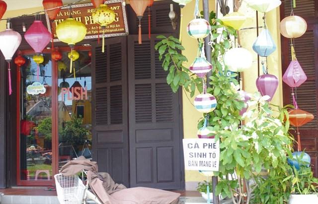 Một số quán ở phố cổ treo biển bán đồ mang về.