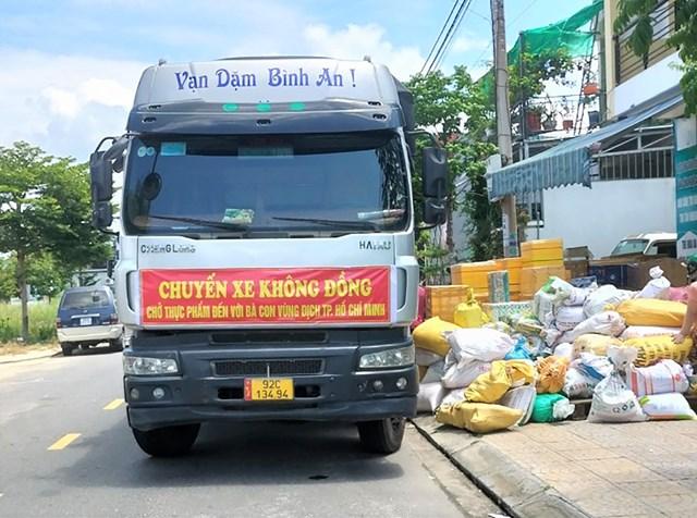 QuảngNamvận chuyển thực phẩm ủng hộ cho nhân dânTPHCM. ẢnhCTV.