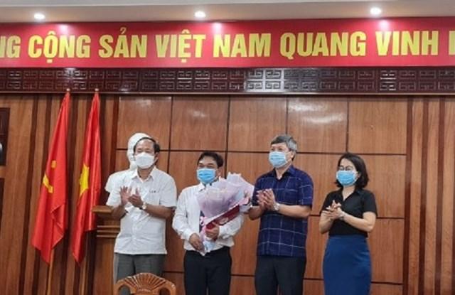 Ông Trần Út (người ôm hoa) được bổ nhiệm chức vụ Phó Giám đốc Sở NNPTNT.