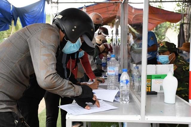Người dân từ phía Nam về Quảng Ngãi khai báo y tế tại đèo Bình Đê.