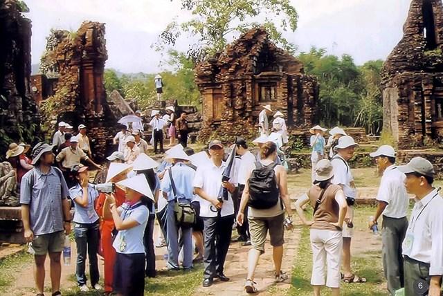 Du khách được HDVDL đưa đi tham quan quần thể di tích Mỹ Sơn.