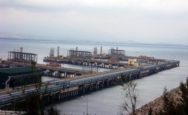Một góc cảng tiếp dầu của nhà máy.