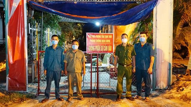 Lực lượng chức năng phong tỏa tại khu vực nhà bà M..