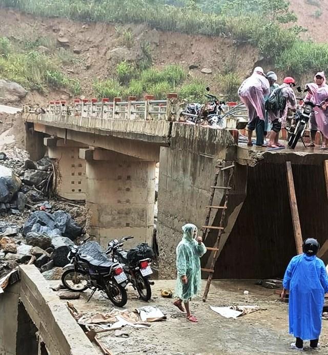 Những đoạn đường hư hỏng khiến việc đi lại người dân khó khăn.