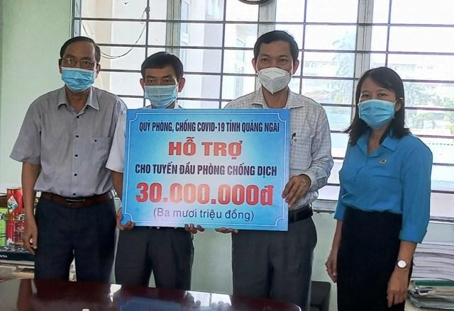 Ông Võ Thanh An (khẩu trang trắng) trao hỗ trợ CDC Quảng Ngãi.