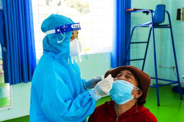 Người dân TP Quảng Ngãi được xét nghiệm Covid-19 miễn phí.
