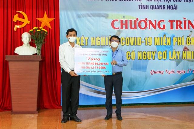 Tặng 50.000 khẩu trang y tế cho người dân TP Quảng Ngãi.