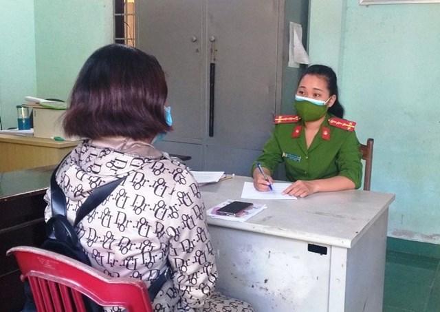 Công an phường Vĩnh Điện giải thịch để chị P hiểu rõ bản chất sự việc.