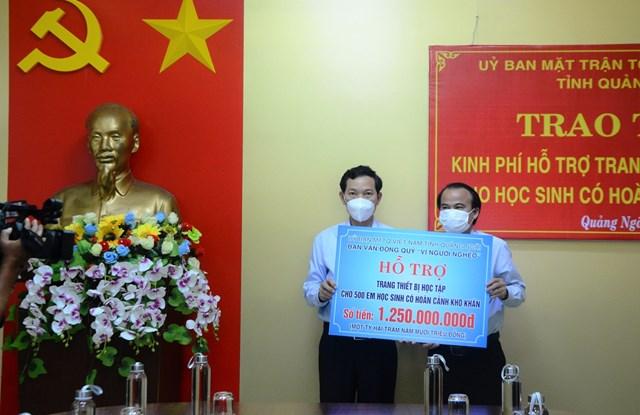 Lãnh đạo Ủy ban MTTQ Việt Nam tỉnh Quảng Ngãi trao tiền hỗ trợ cho học sinh khó khăn.