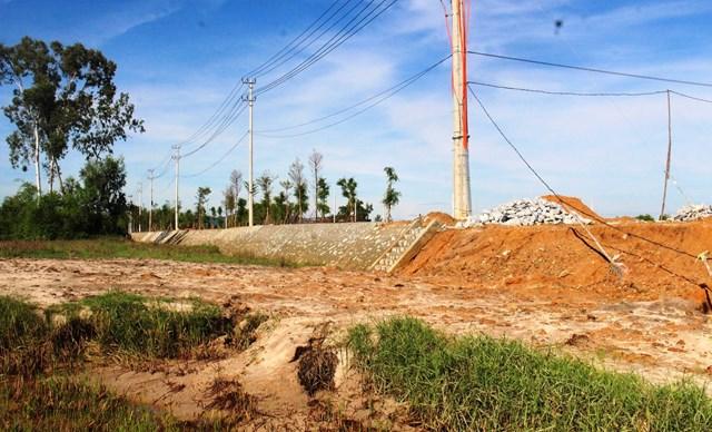 Sạt lở đất từ Khu phố chợ xuống ruộng của dân.