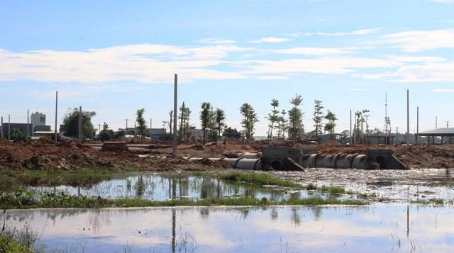 Nước còn ngập ở gần Dự án Khu phố chợ Chiên Đàn.