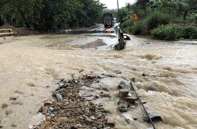 Nước tràn qua mặt đường tại km 68, trên quốc lọ 14B.