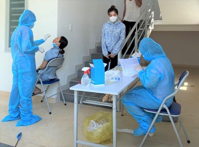 Ngành y tế Quảng Nam đang lấy mẫu xét nghiệm Covid-19.