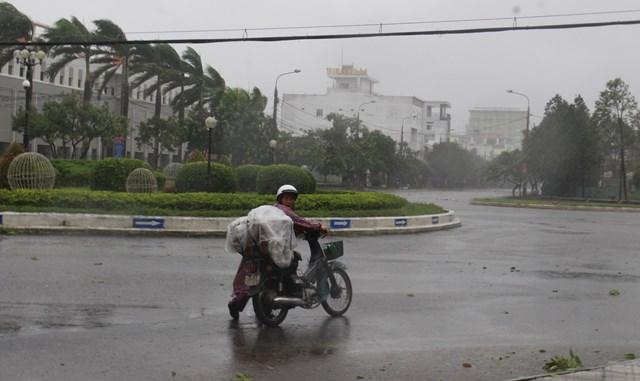 Bão số 9 bắt đầu càn quét qua 2 địa phận Quảng Nam, Quảng Ngãi - Ảnh 3