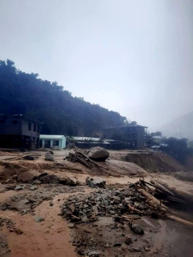Sạt lở nặng ở huyện Phước Sơn do mưa bão số 9.