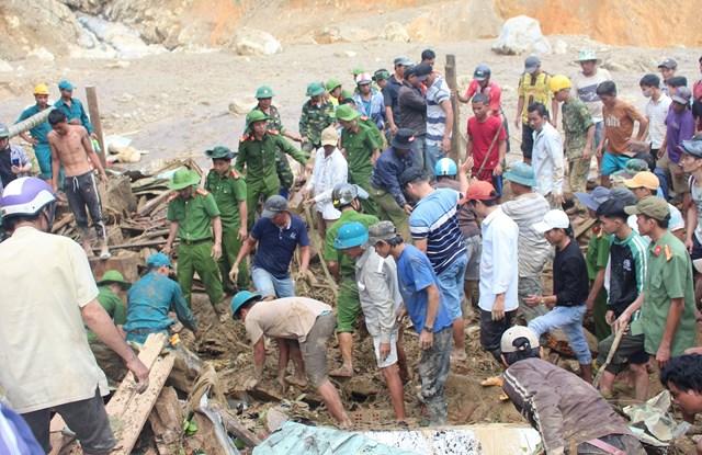 Rất đông lực lượng tổ chức tìm kiếm nạn nhân mất tích trong vụ sạt lở xã Trà Leng.