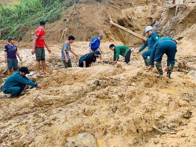 Lực lượng chức năng tổ chức tìm kiếm nạn nhân ở xã Phước Lộc. (Ảnh: CTV).