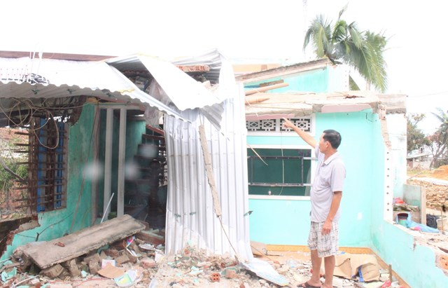 Ông Nguyễn Văn Liệp (thôn Hòa Hạ, xã Tam Thanh, TP Tam Kỳ, Quảng Nam) đau xót nhìn ngôi nhà đổ sụp.