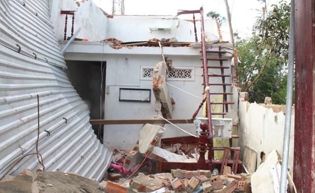 Nhiều ngôi nhà bị hư hỏng nặng sau cơn bão số 9.