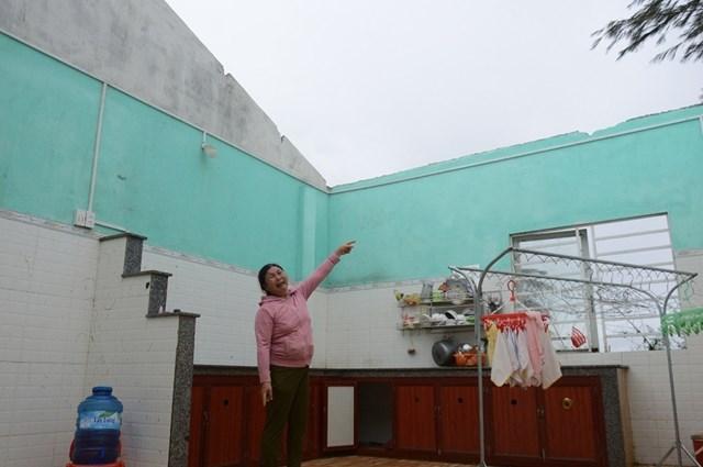 Bà Phạm Thị Mây đau xót nhìn ngôi nhà bị hư hỏng nặng.