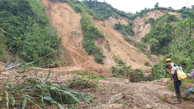 Đường đến hiện trường sạt lở xã Phước Lộc.
