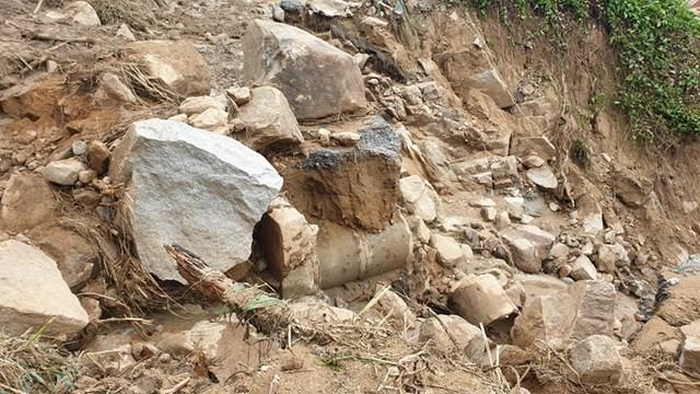 Đất đá sạt lở gây chia cắt giao thông khiến người dân bị cô lập