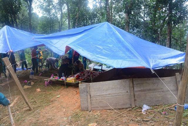 Người dân dựng lều che các ngôi mộ của nạn nhân vụ sạt lở Trà Leng.
