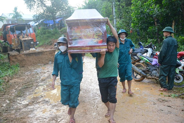 Người dân đưa quan tài vào điểm sạt lở xã Trà Leng.