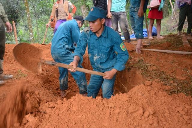 Lực lượng đang đào mộ để chôn nạn nhân tìm được thi thể.