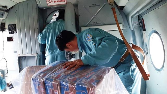 Các loại hàng, nhu yếu phẩm và chiến sĩ sẵn sàng cho công tác cứu hộ.