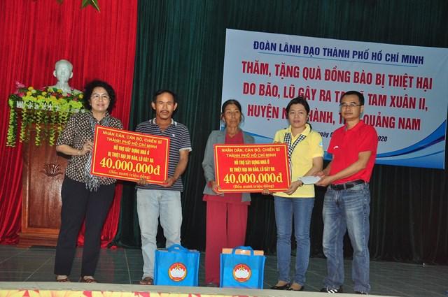 Ủy ban MTTQ Việt Nam TP Hồ Chí Minh hỗ trợ bà con bị thiệt hại bão lũ.