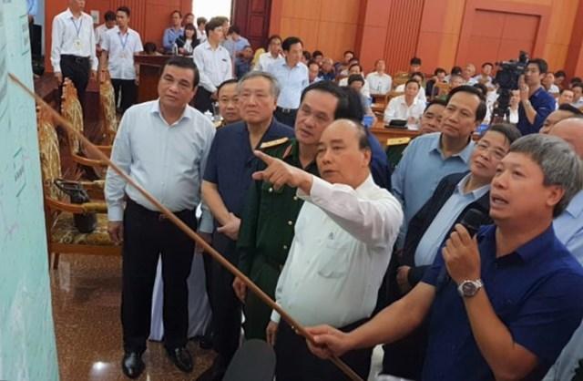 Lãnh đạo tỉnh Quảng Nam báo cáo về công tác tìm kiếm các nạn nhân bị sạt lở vùi lấp với Thủ tướng.