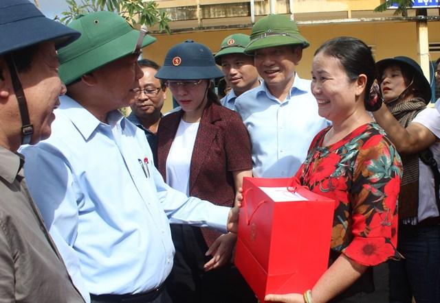 Thủ tướng Nguyễn Xuân Phúc thăm hỏi, tặng quà Trường THCS thị trấn Châu Ổ.